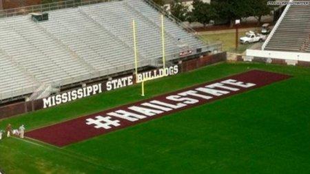 Un equipo de fútbol americano pinta un hashtag gigante en su estadio