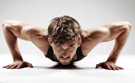 hombre haciendo flexión mirada