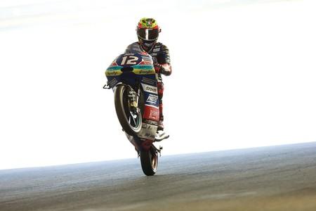 Marco Bezzechi da un golpe de efecto en Moto3 con la caída de Jorge Martín