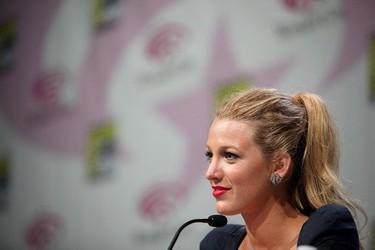 Blake Lively e Isabel Lucas en la WonderCon 2011