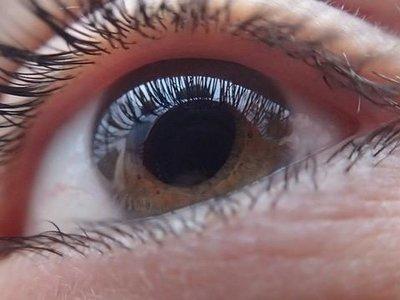 Un ciego que puede leer: Orcam, una cámara y un altavoz en la montura de las gafas