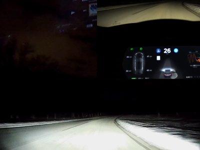Un Tesla con Autopilot en la nieve nos muestra una pequeña aproximación a su futuro como coche autónomo