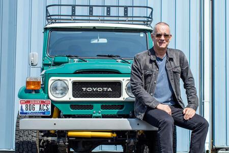 Tom Hanks limpia el garaje: tres de sus coches a subasta, incluyendo un Toyota Land Cruiser FJ40 y un Tesla Model S