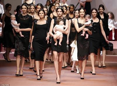 """Homenaje a la """"mamma"""": desfile de Dolce & Gabbana con embarazadas, bebés y niños"""