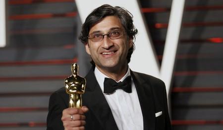 Asif Kapadia con el Óscar por Amy