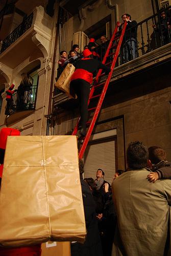 Paje subiendo al balcón