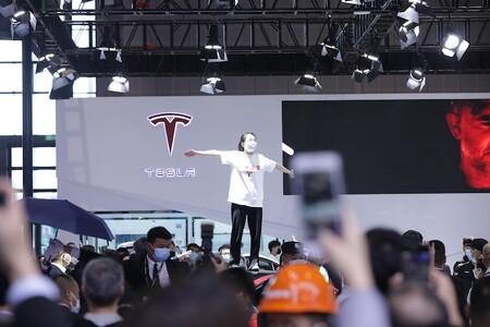 """""""Los frenos no funcionan"""": grita durante Autoshow de Shanghai una mujer cuyo papá tuvo un accidente a bordo de un Tesla"""