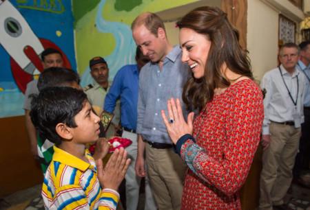 Kate Middleton desata la locura con un vestido lucido en India (que podrá ser tuyo por menos de 70 euros)