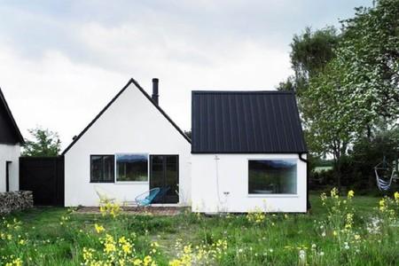 Estilo nórdico y colores alegres en una casa de veraneo en Suecia