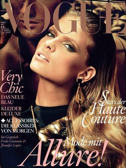 Julia Stegner y su maquillaje en tono bronceado, protagonistas de Vogue Alemania
