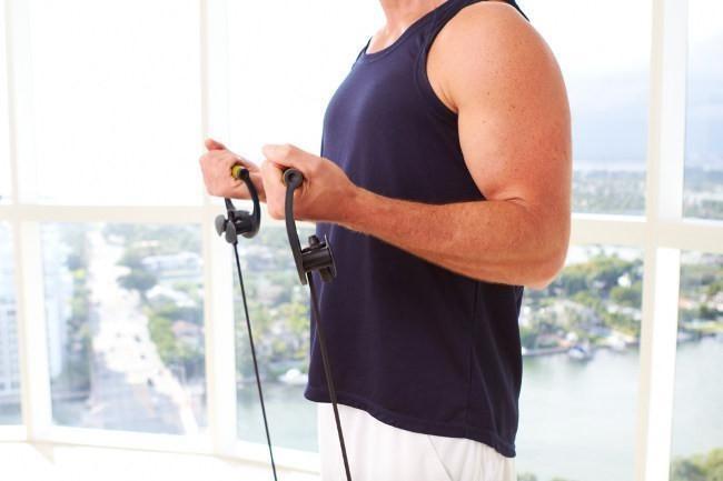 Los mejores cinco ejercicios para fortalecer tus brazos con bandas elásticas