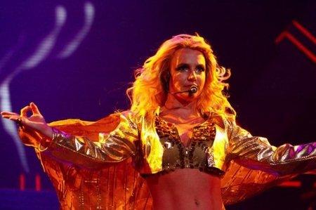 Britney Spears, oscura y sexy a más no poder en máscara y corsé