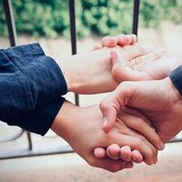 El poder del altruismo: ayudar a otros nos hace sentir menos solos (sobre todo si somos viudas)