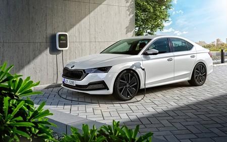 El nuevo Škoda Octavia es un Superb a escala, ahora con versión híbrida enchufable y etiqueta CERO