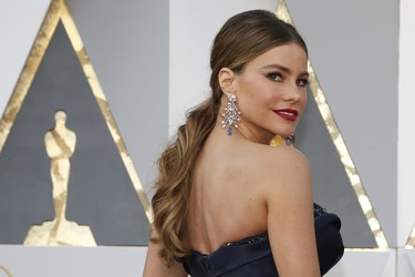 Sofía Vergara pisa la alfombra roja de los Oscar 2016 con un vestido de Marchesa
