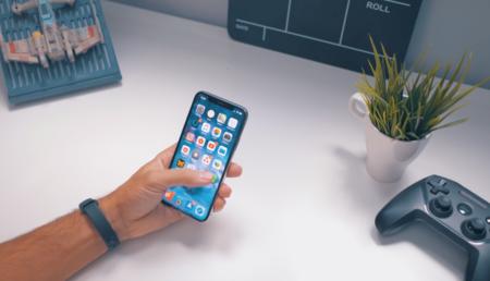 iPhone X en mano