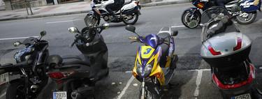 ¿Cuándo puedo aparcar una moto en la acera en España y que no me multen?