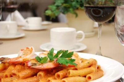 La comida de restaurante está colmada de grasas, calorías y sodio