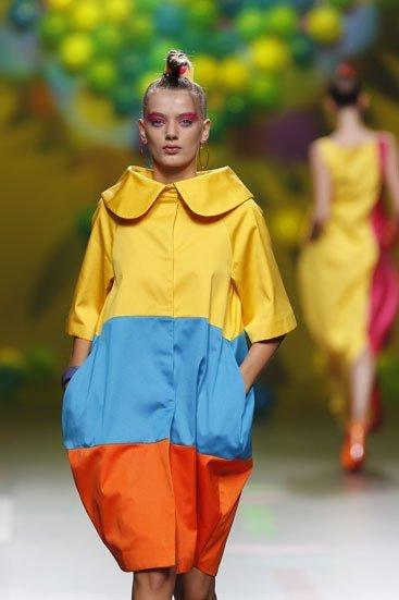 Pasarela Cibeles 2011: sombra de ojos roja para las modelos de Agata Ruíz de la Prada