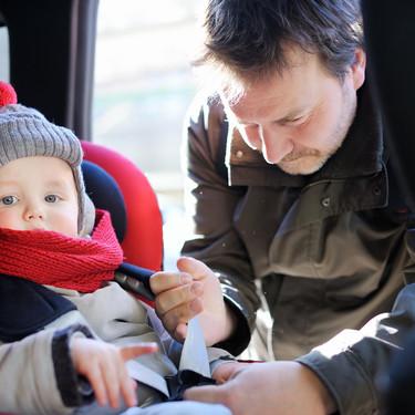 Por qué es muy peligroso llevar a los niños en la silla del coche con el abrigo puesto