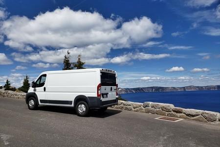 Esta furgoneta camper está camperizada por menos de 1.000 euros a base de imaginación y muebles de Ikea