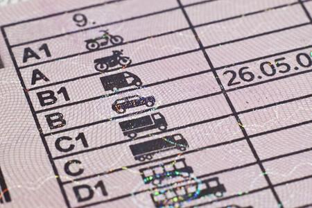 La nueva Ley de Tráfico es inminente: seis puntos por usar el móvil y adiós a superar el límite para adelantar