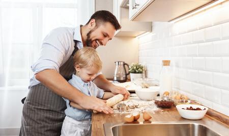 La cocina es fuente de aprendizaje para nuestros hijos: 11 beneficios que tiene para los niños cocinar con sus padres