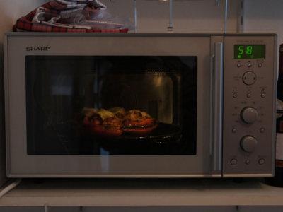 ¿Es seguro calentar la comida en el microondas?