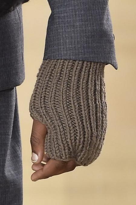 Contra el frío, los guantes sin dedos saltan de la pasarela a ser accesorio must