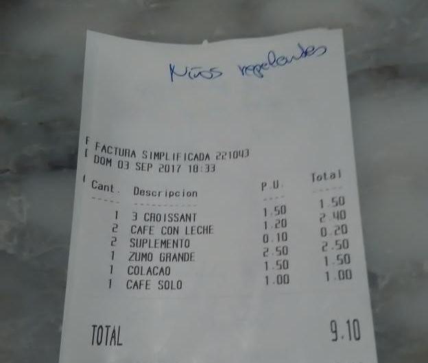 """""""Niños repelentes"""", la anotación en el ticket de una cafetería que recibió una familia con dos hijos"""