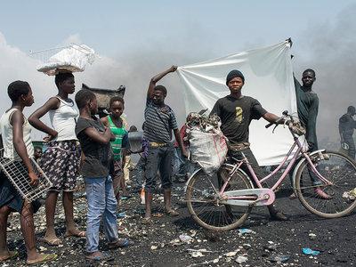 'Reciclantes: Agbogbloshie' de Antonio Pérez, la vida en uno de los mayores cementerios de chatarra electrónica del mundo