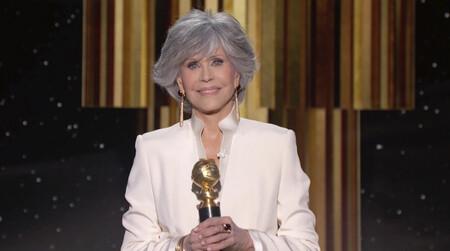 Jane Fonda cumple su palabra de no comprar ropa nueva y rescata un traje blanco de su armario para acudir a los Globos de Oro 2021
