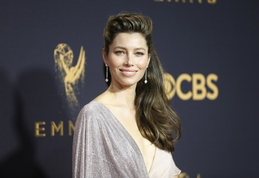 Jessica Biel nos demuestra que lo sexy no está reñido con la elegancia en la alfombra roja de los Premios Emmy