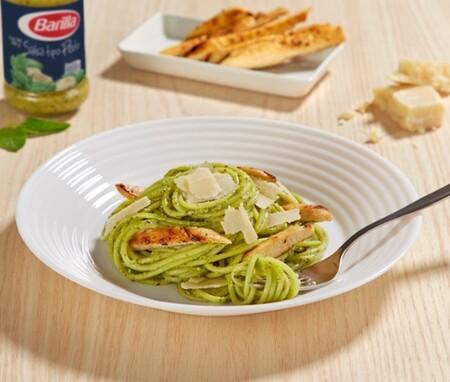 Spaghetti al pesto con pollo. Receta fácil de la cocina italiana
