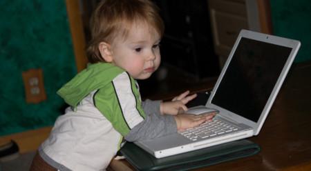 Bebé usando ordenador