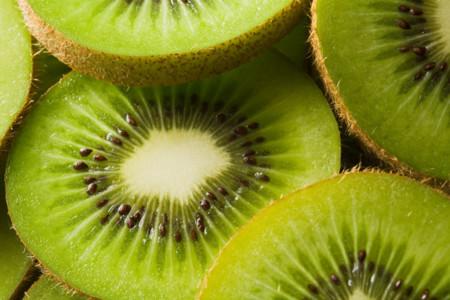 Cuatro desconocidas razones para consumir kiwi de forma habitual