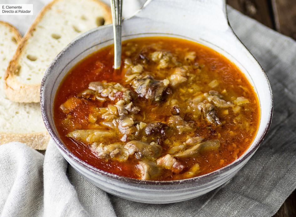 Cómo hacer manitas de cerdo guisadas en salsa: receta tradicional