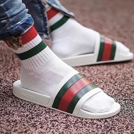 De la alberca a la calle: las sandalias tipo slide de lujo han invadido el Street style