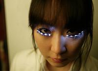 Pestañas postizas con LED: ¿truco o trato?