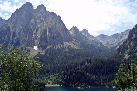 Descubre los Pirineos desde tu coche, una ruta para vivir la naturaleza y la montaña nevada de cerca