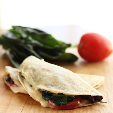 Quesadillas de espinacas, jitomate y frijoles negros. Receta fácil para el desayuno