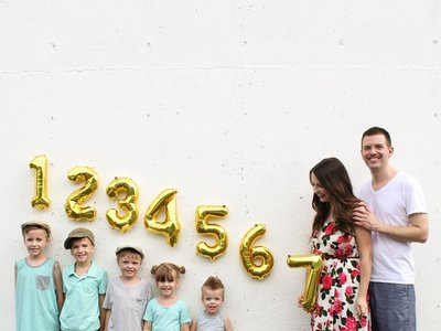 La divertida foto de una familia anunciando que el bebé número siete viene en camino