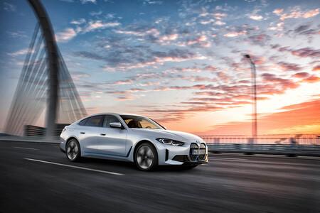 El nuevo BMW i4 es una berlina eléctrica deportiva de 590 km de autonomía que quiere plantar cara al Tesla Model 3