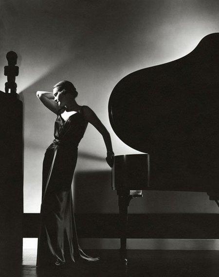 Mujer con piano