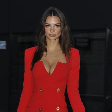Los años 80 llegan al front row de Versace con Emily Ratajkowski triunfando con su vestido rojo