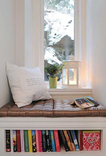Un asiento bajo la ventana