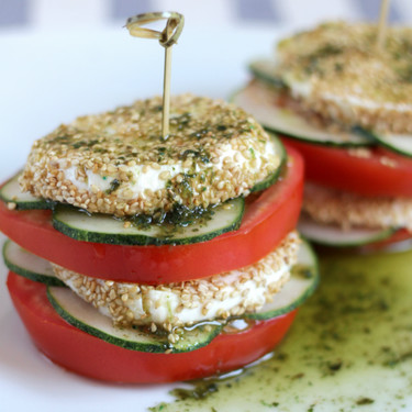 Milhojas caprese con mozzarella al sésamo y aceite de albahaca, una receta fresca para el verano