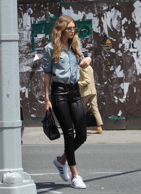 Gigi Hadid Con Camisa Vaquera Personalizada B