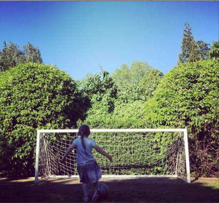 Papá David enseña a Harper a jugar al fútbol... y morimos de amor
