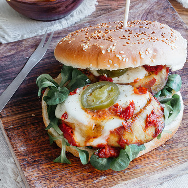 Hamburguesa de berenjena con mozzarella. Receta vegetariana fácil
